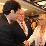 A VP do M&E, Rosa Masgrau, cumprimenta o futuro ministro do Turismo, Marcelo Álvaro