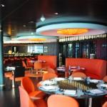 Asian Market Kitchen conta com diferentes áreas e é especializado em culinária asiática