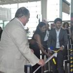 Os colaboradores oficializaram o voo inaugural com o corte da fita