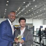 O ministro do Desenvolvimento Econômico de Curaçao, Steven Martina, também presenteou João Pita, Gerente de Negócios do Aeroporto de Guarulhos