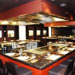 Este espaço os hóspedes sentam a mesa em frente ao chef