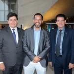 Fernando Menezes, do Grupo Cataratas, entre Roberto Vertemati e Clever Pirola Ávila, do Beto Carrero World