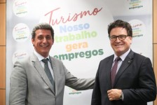 Presidente do Beto Carrero encontra ministros e recebe Ordem de Mérito Infraero