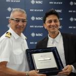 Giuseppe Galano, comandante do MSC Seaview, com Alexandre Latari, delegado da Alfândega do Porto do RIo
