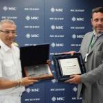 Giuseppe Galano, comandante do MSC Seaview, e Alexandre Gomes, gerente de Operações do Pier Mauá