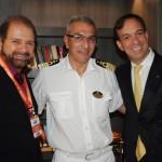 Guilherme Paulus, da GJP, Giuseppe Galano, comandante do Seaview, e Adrian Ursilli, da MSC