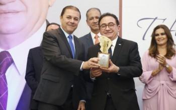 """Manoel Linhares recebe troféu de """"Personalidade Turística"""" da ABIH-CE; veja fotos"""