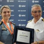 Patrícia Lima, tenente coronel do Batalhão da Polícia Militar do Turista do RJ, com Giuseppe Galano, comandante do MSC Seaview