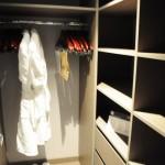 Pequeno closet da suíte com banheira do MSC Seaview