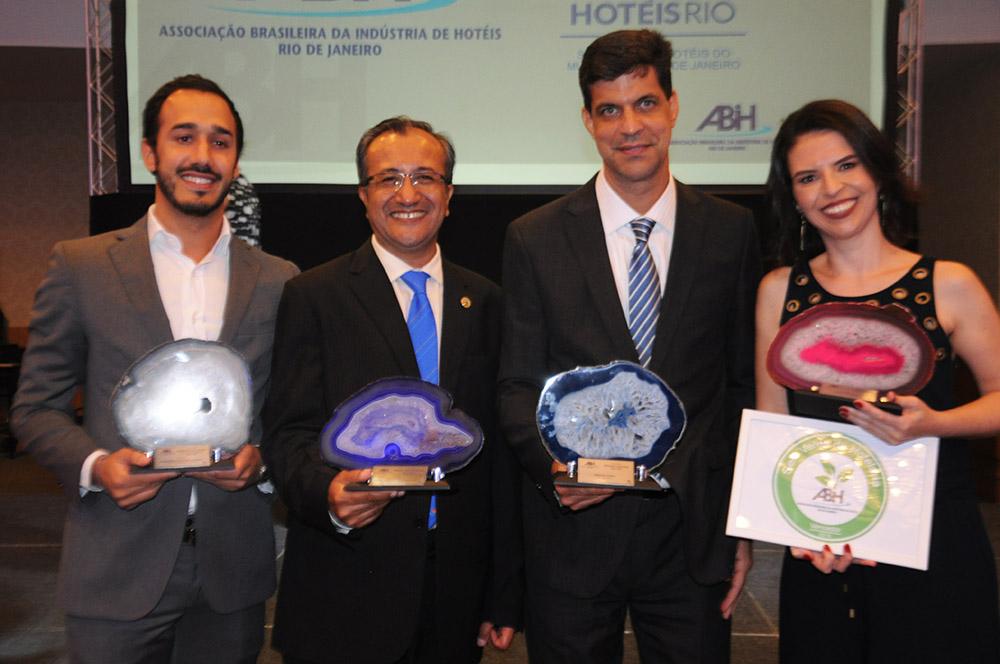 Renato Dias, do Pestana, Flávio Zarate, do Luar de Búzios, Ivan Bonfim, do Windsor, e Lizandra Nunes, do Novotel Botafogo, receberam as premiações da ABIH-RJ