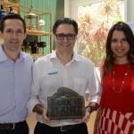 Rodrigo Vaz e Fernanda Paranhos, da CVC Corp, com Mauricio Alexandre, do SeaWorld
