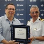 Roque Antonio Perez, das Docas do RJ, com Giuseppe Galano, comandante do MSC Seaview
