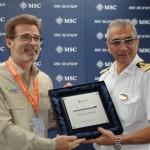 Sérgio Soares, da Cabotagem do RJ, com o comandante do MSC Seaview, Giuseppe Galano