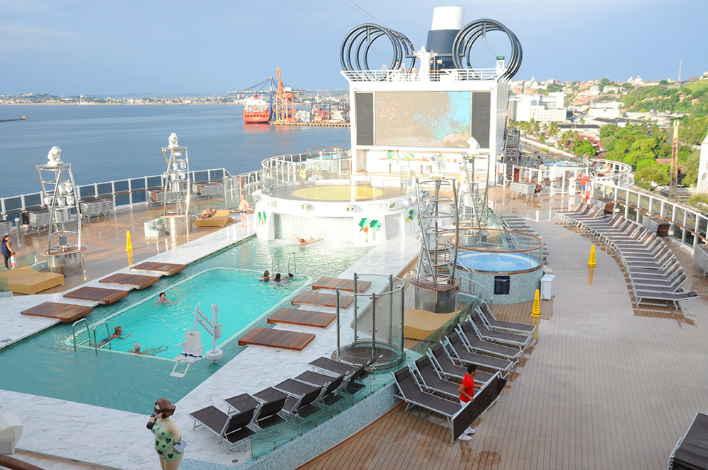 Uma das piscinas externas do MSC Seaview