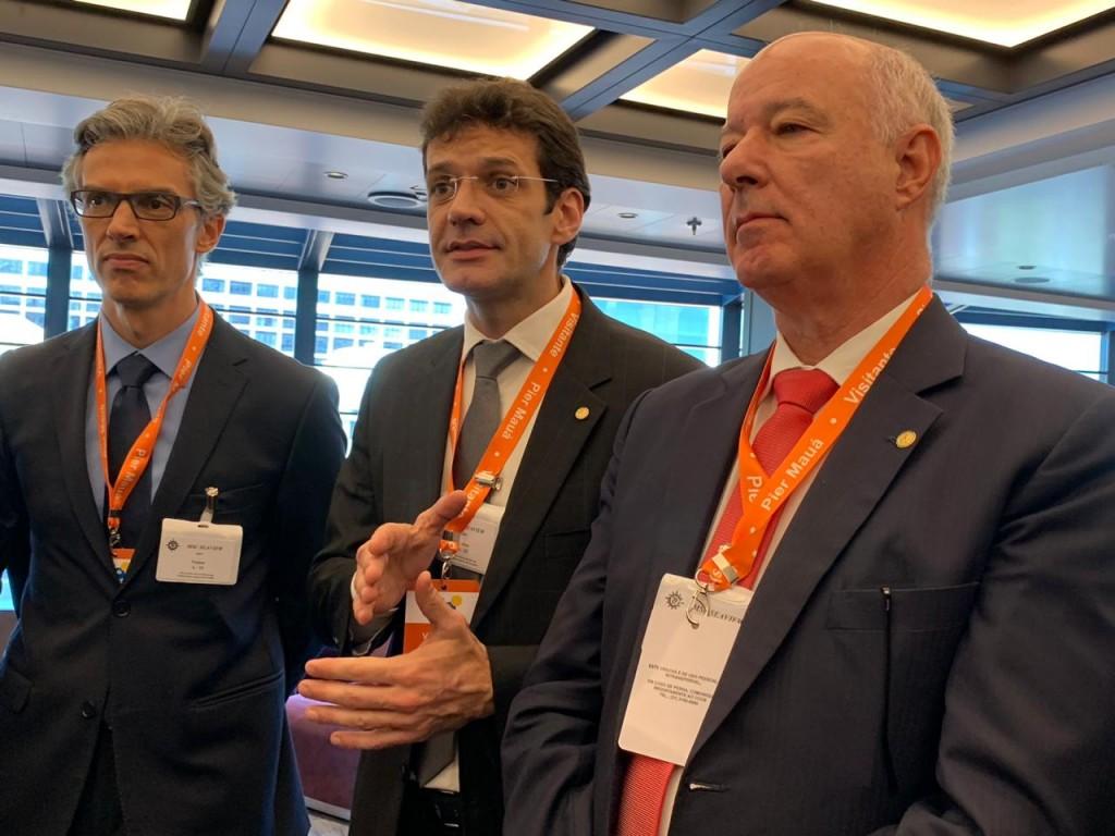 Marcelo Álvaro, futuro ministro do Turismo, entre Marco Ferraz, presidente da Clia Brasil e o presidente da Frente Parlamentar em Defesa do Turismo, Herculano Passos