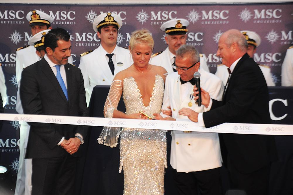 Xuxa Meneghel, madrinha da MSC no Brasil, corta a fita ao lado do CEO da MSC, Gianni Onorato, e do comandante do MSC Seaview, Giuseppe Galano