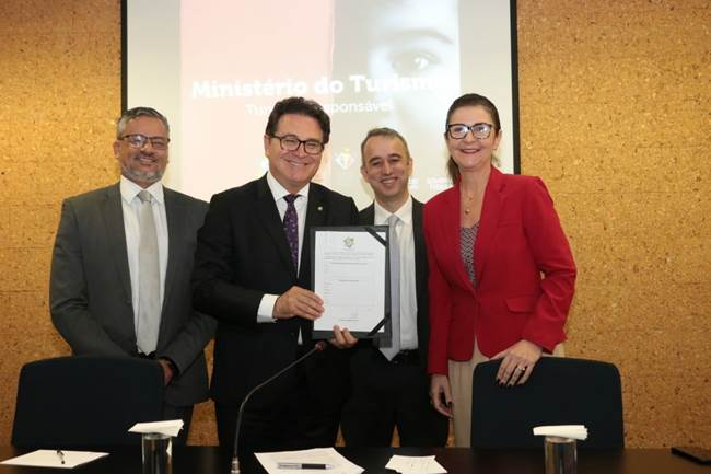 Adriana Pinto, Gerente Geral do Grand Mercure Brasília Eixo Monumental, representou a AccorHotels na entrega do documento