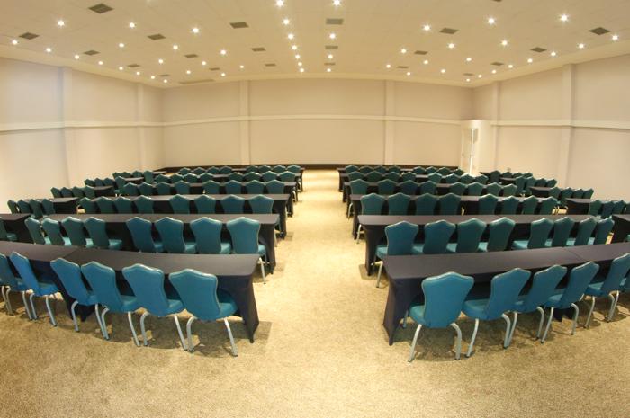Capacidade passa a ser de 1,6 mil pessoas, com três novas salas.