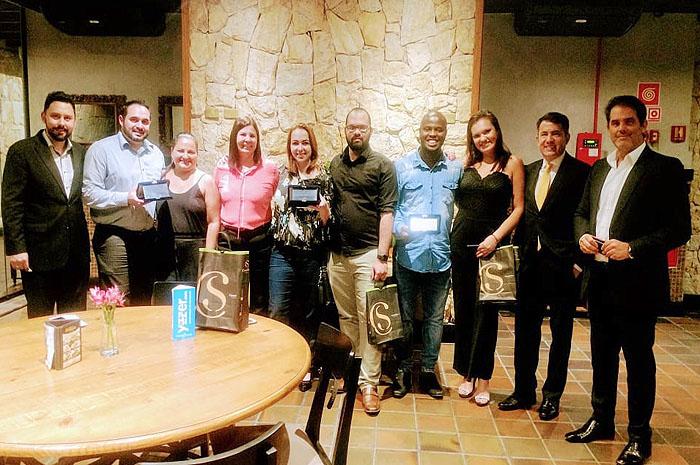 Gelson Popazoglo, acompanhado de João Marcos Woitchecosky, Ricardo Insfran e Elizabete Peixoto com os profissionais premiados