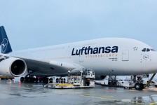 Lufthansa apresenta o primeiro A380 com as novas cores