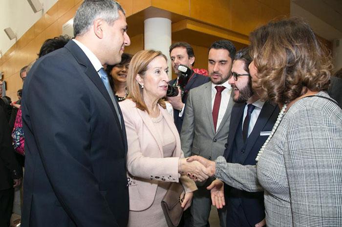 Ana Pastor, presidente do Congresso espanhol, cumprimenta Teté Bezerra, ao lado do secretário-geral da OMT Zurab Pololikashvili, e de Gilson Lira e Alisson Andrade, da Embratur