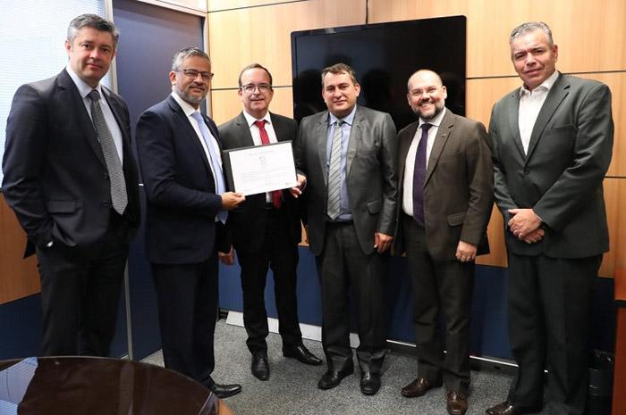 Bob Santos, entrega selo ao prefeito de Jaguaruna, Edenilson da Costa, acompanhados por equipes técnicas do MTur e da Prefeitura (Foto: Roberto Castro/MTur)