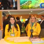 Caroline Loiola e Amanda Oliveira recepcionaram os visitantes do estande do Brasil nesta quinta-feira