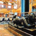 Escultura que ganha destaque no átrio do navio