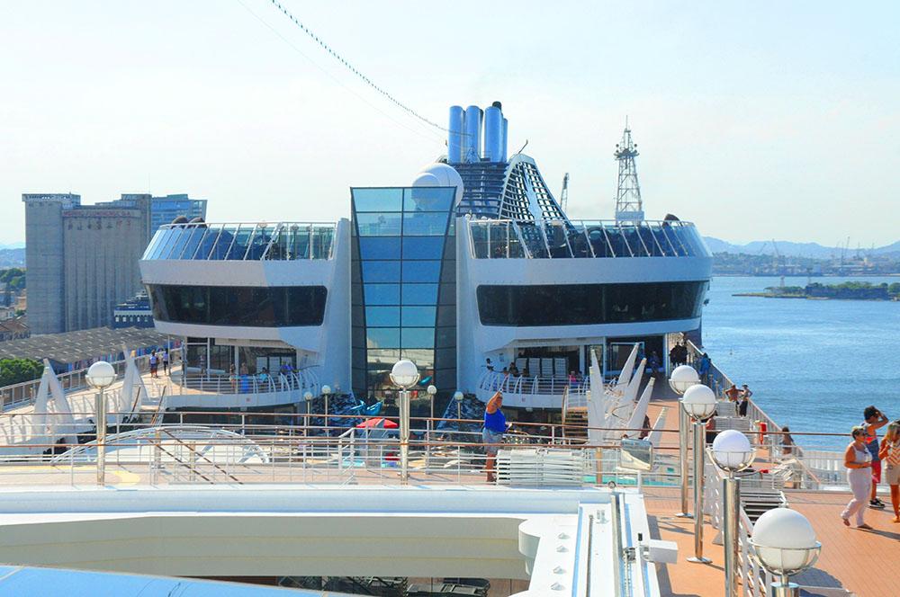 Esta é a vista que os hóspedes do Yacht Club têm do resto do navio