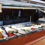 Frutas, frios e quentes são servidos durante o dia todo no espaço exclusivo do Yacht Club