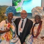Hildebrando Barboza, da Embaixada do Brasil na Espanha, com as baianas Marly Trindade e Lucicleide Nascimento