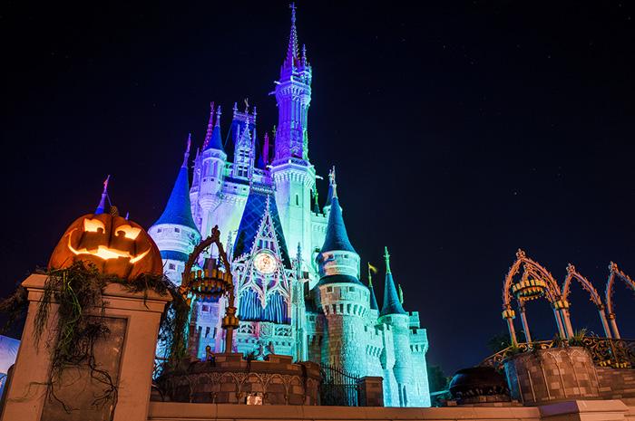 Mickey's Not–So–Scary Halloween Party conta com decoração especial