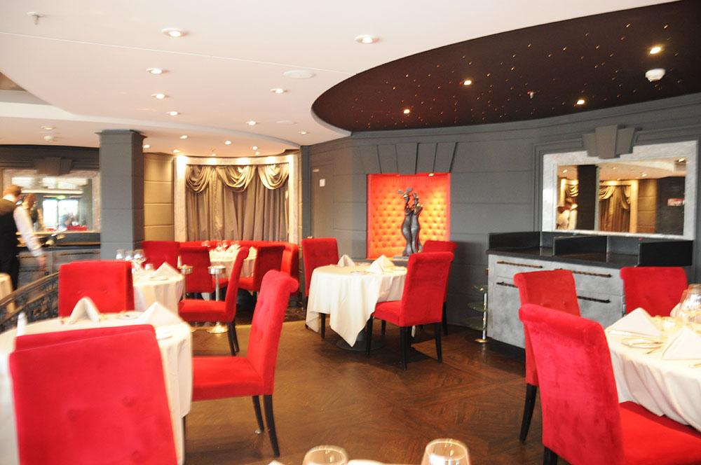Restaurante fica na parte de trás do navio e acomoda todos os passageiros do Yacht Club com todo conforto