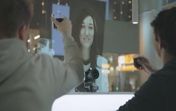 KLM conecta pessoas no Rio, Amsterdã e Oslo com projeção holográfica; vídeo