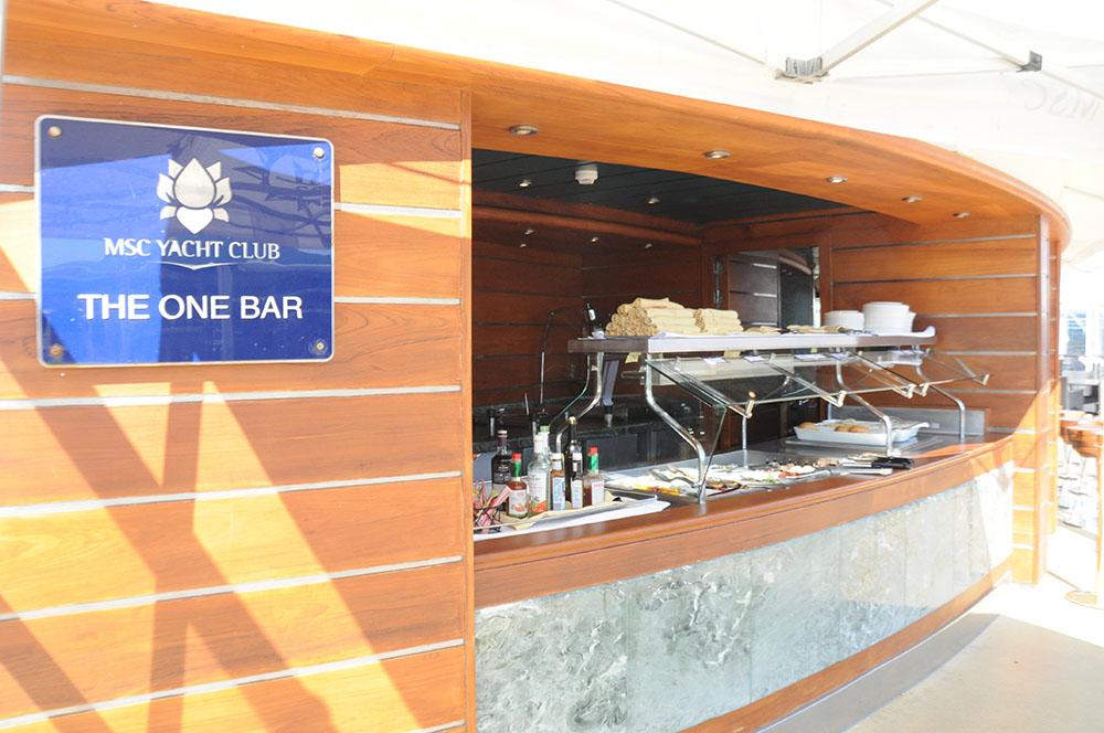 The One Bar é o bar da piscina exclusiva do Yacht Club com petiscos e bebidas