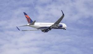 Com reabertura das fronteiras, Delta dobra número de voos diários entre EUA e Canadá