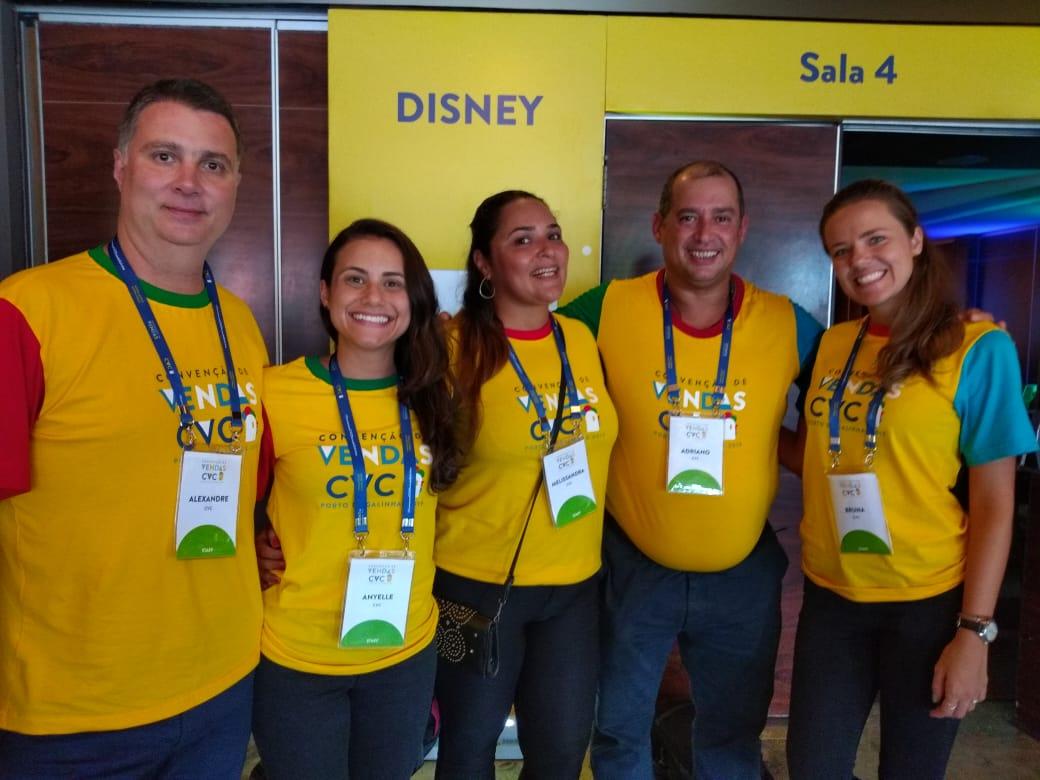 Diretor regional Adriano Gomes com parte do seu time de líderes no treinamento da Disney