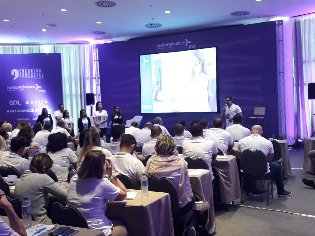 Flávio Marques apresentando a equipe de Inside Sales da RexturAdvance