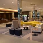 Lobby com a recepção ao fundo
