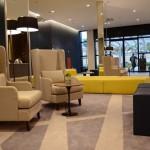 Lobby conta com sofás e poltronas para os hóspedes