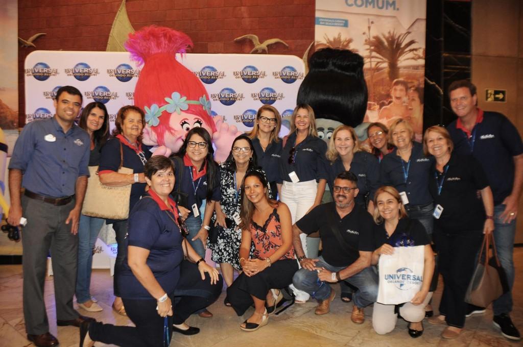 Renato Gonçalves, da Universal, com Patricia Lacerda, da American (ao centro, agachada), e equipe da Nice Via Apia