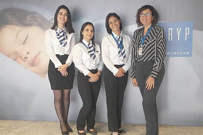 (Da dir. p/esq.) Cícera Apareccida, Gerente Geral do hotel, com as jovens executivas Michelle Baba, Bruna Paulino e Camila Maia