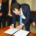 Antonoaldo Neves, presidente da TAP, assina o acordo de stopover