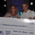 Cacilda Magalhães, da Cacilda Tur recebe o prêmio de terceira colocada das mão do secretário de Turismo de Mossoró, Laíre Neto