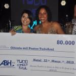 Débora Prado recebe o prêmio de primeira colocada na categoria Lojas Exclusivas