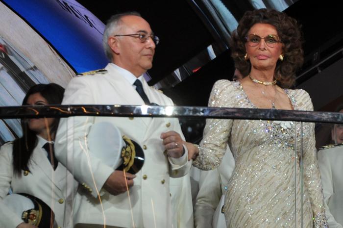 A atriz e madrinha da armadora, Sophia Loren, batizou oficialmente o navio e assistiu o tradicional corte da fita