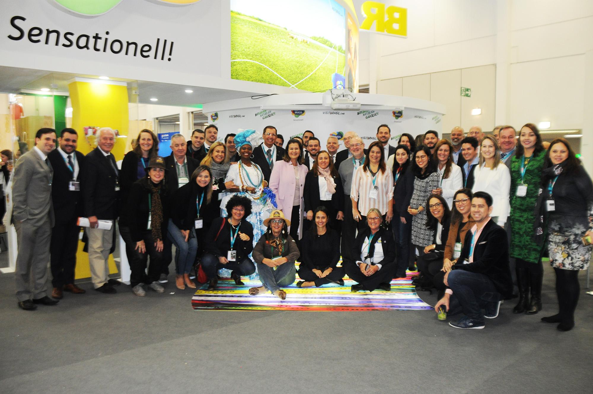 Delegação brasileira reunida no estande do Brasil na ITB 2019
