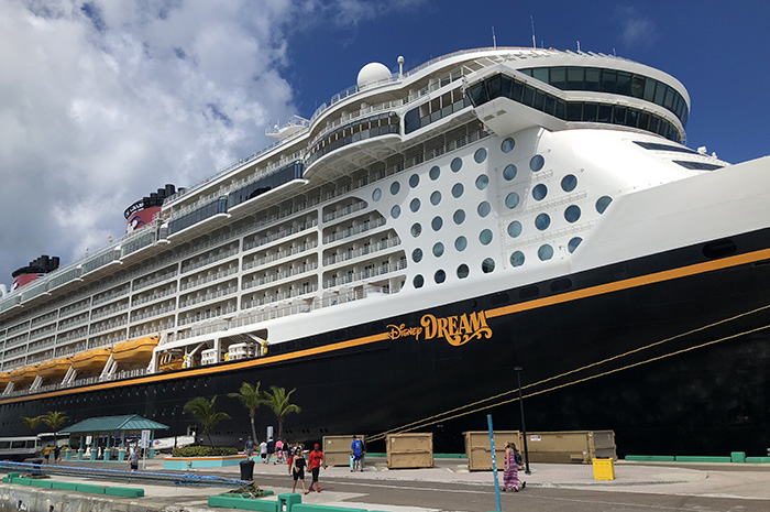 Disney Dream parado no porto de Nassau.