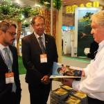 Fausto Franco, secretário, e Benedito Braga, subsecretário de Turismo da Bahia, com Roy Taylor, do M&E
