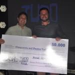 George da Luck Receptivo entrega o prêmio na categoria call center a Ricardo Alfredo, que representou Fernanda Conceição e Sueli Silva